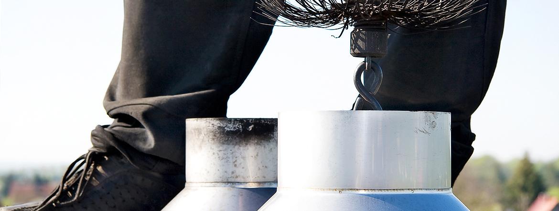 Schornsteinfeger auf dem Dach